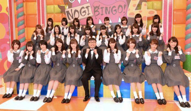 「NOGIBINGO! 4」の会見に出席した乃木坂46と、MCのイジリー岡田。